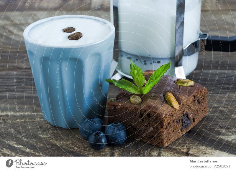 Brownie mit Früchten und einem Glas Kaffee Dessert Schokolade Essen Kaffeetrinken Heißgetränk Becher Restaurant ausgehen Holz füttern schreiben frisch lecker