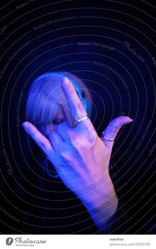 Frau macht mit der Hand ein Steinschild. Lifestyle Stil Design Technik & Technologie Unterhaltungselektronik Mensch feminin Junge Frau Jugendliche Erwachsene 1