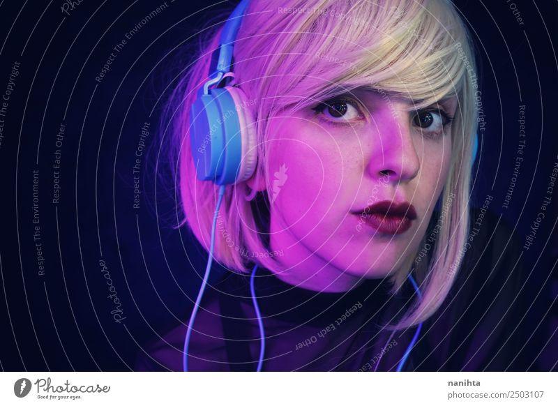 Porträt einer blonden jungen Frau, die Musik hört. Lifestyle Stil Design schön Haare & Frisuren Gesicht Freizeit & Hobby Headset Kopfhörer Technik & Technologie