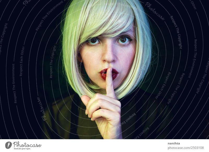 Junge blonde Frau, die um Ruhe bittet. elegant Stil schön Haare & Frisuren Haut Gesicht Schminke Sinnesorgane Flirten Mensch feminin Junge Frau Jugendliche 1