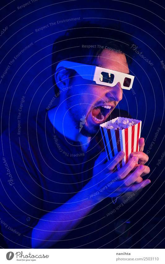 Junger verrückter Mann, der sich einen Film ansieht. Lebensmittel Popkorn Lifestyle Stil Freizeit & Hobby Entertainment ausgehen Mensch maskulin Erwachsene 1