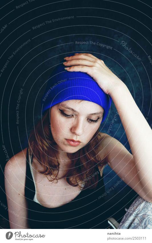 Junge traurige Frau in ihrem Haus Lifestyle Stil Haut Gesicht Sinnesorgane Mensch feminin Junge Frau Jugendliche Erwachsene 1 18-30 Jahre Hut brünett langhaarig
