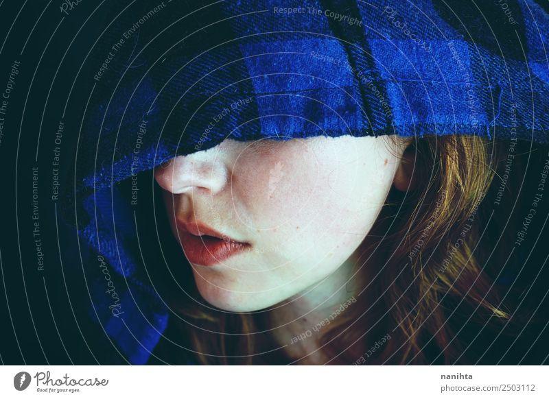 Geheimnisvolle junge Frau, die von einer Kapuze bedeckt ist. Stil Design Haut Gesicht Halloween Mensch feminin Junge Frau Jugendliche 1 18-30 Jahre Erwachsene