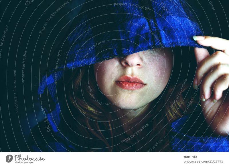Mensch Jugendliche Junge Frau blau dunkel 18-30 Jahre schwarz Erwachsene Traurigkeit feminin Stil Stimmung Angst einzigartig Gelassenheit gruselig