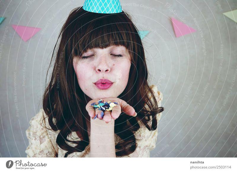 Junge Frau feiert eine Geburtstagsfeier Lifestyle Stil Freude schön Gesicht Wohlgefühl Party Feste & Feiern Mensch feminin Jugendliche Erwachsene 1 18-30 Jahre