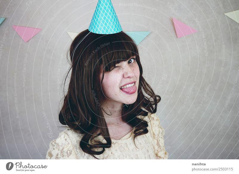 Junge Frau blinzelt bei einer Geburtstagsfeier. Stil Gesicht Wellness Wohlgefühl Zufriedenheit Feste & Feiern Mensch feminin Jugendliche 1 18-30 Jahre