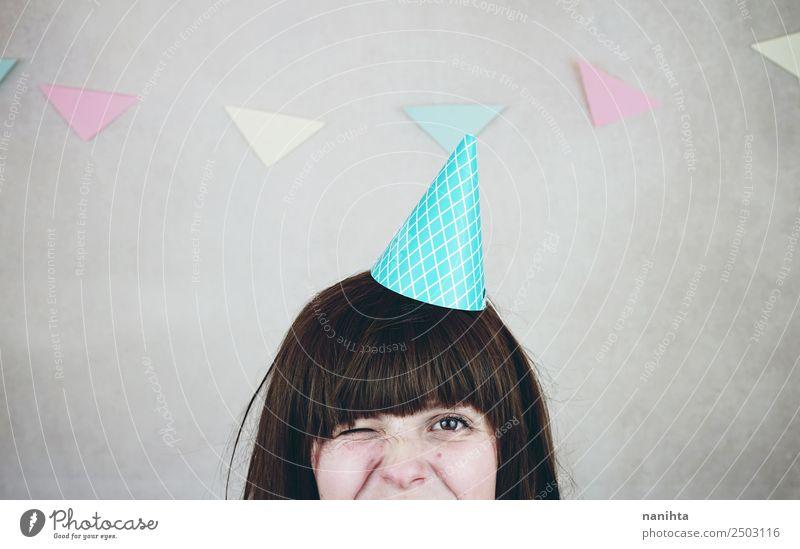 Junge Frau blinzelt bei einer Geburtstagsfeier. Lifestyle Stil Design Freude Party Veranstaltung Feste & Feiern Mensch feminin Jugendliche 1 18-30 Jahre