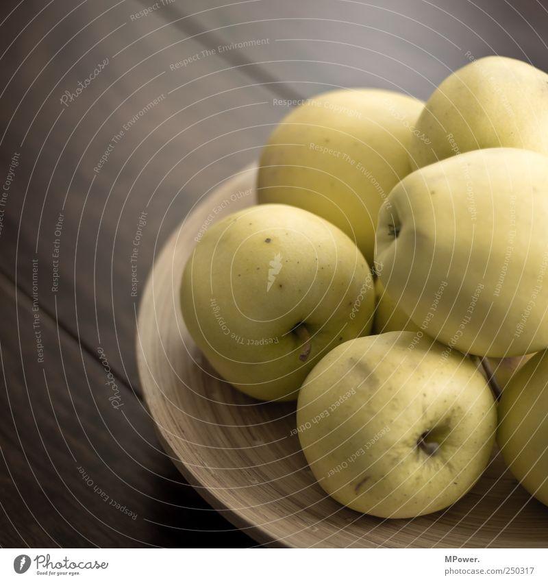 leute, esst mehr obst !!! gelb Ernährung Holz Lebensmittel braun Frucht süß Tisch gut Apfel Ernte lecker Teller Gesunde Ernährung Diät Bioprodukte