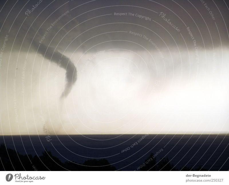 Wirbelsturm Himmel Meer Wolken Umwelt Küste Wetter Angst Horizont Klima gefährlich bedrohlich einzigartig Urelemente Sturm Todesangst Unwetter