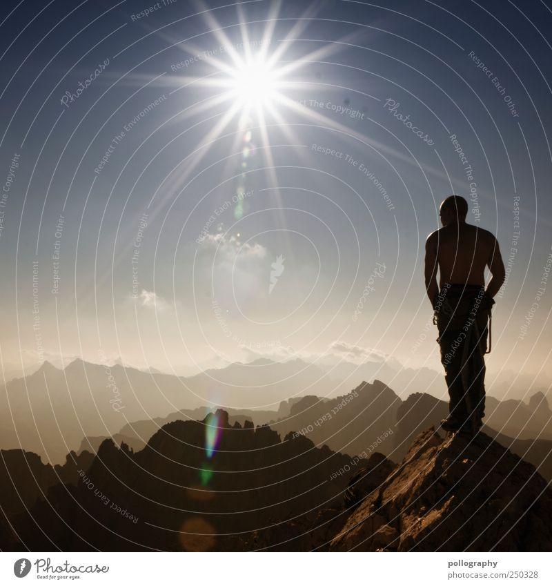 Gipfelstürmer Mensch Himmel Ferien & Urlaub & Reisen Sommer Sonne Landschaft Ferne Berge u. Gebirge Leben Freiheit Luft Felsen Kraft maskulin wandern Erfolg