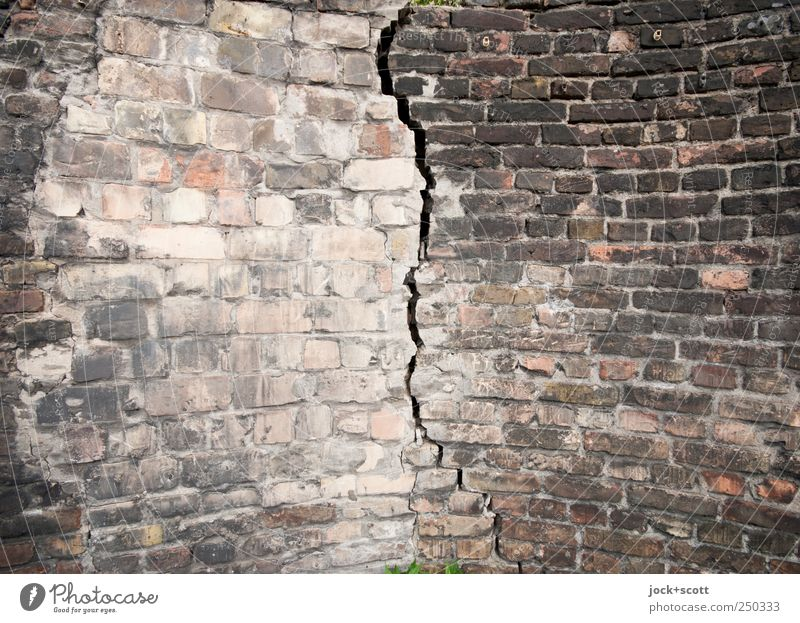 Mauer mit Riss Backstein Linie alt dreckig fest groß kaputt lang trist Stimmung Schmerz verstört uneinig Stress Endzeitstimmung Wandel & Veränderung Bogen