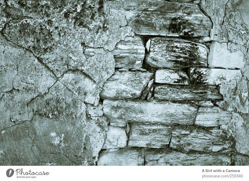old but still standing Haus Bauwerk Gebäude Mauer Wand Fassade Putz Backstein Stein Zement alt kaputt verfallen Mörtel aufeinander Strukturen & Formen geplatzt