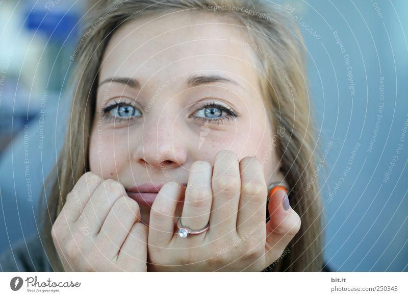 Blau. Mensch Jugendliche schön Junge Frau Gesicht Erwachsene feminin Denken Glück Stimmung träumen Haut Lächeln Beginn Zukunft festhalten