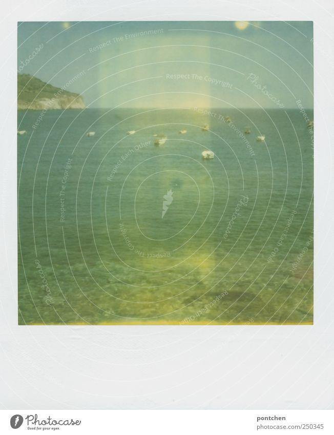 Polaroid. Blick vom Kieselstrand aufs Meer mit Segelbooten. Urlaub Ferien & Urlaub & Reisen Sommer Sommerurlaub Arbeit & Erwerbstätigkeit Schifffahrt Natur
