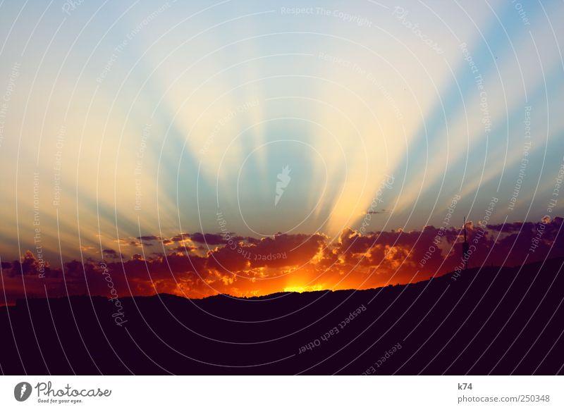sundown Himmel Horizont Berge u. Gebirge leuchten groß blau gelb Ende Aurora Farbfoto Außenaufnahme Menschenleer Abend Dämmerung Sonnenlicht Sonnenstrahlen