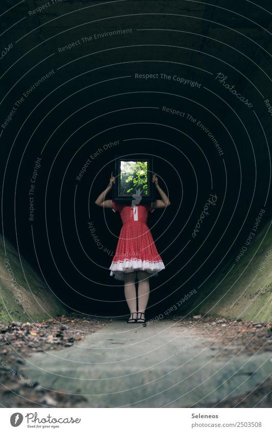 Spieglein Spieglein in der Hand Mensch feminin Frau Erwachsene 1 Baum Blatt Brücke Tunnel Kleid Spiegel Spiegelbild gruselig Farbfoto Außenaufnahme