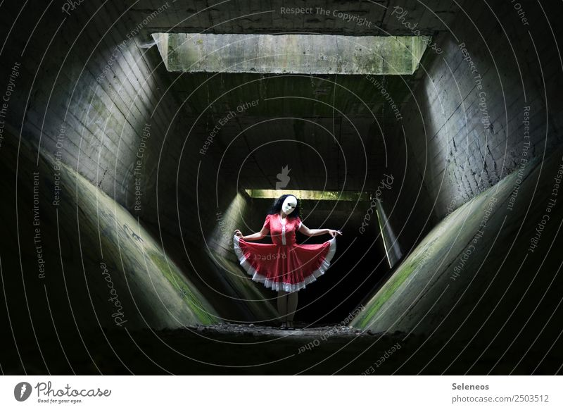 dance Mensch feminin Frau Erwachsene 1 Tänzer Tunnel Bauwerk Architektur Kleid Maske dunkel gruselig Halloween Farbfoto Licht Schatten Kontrast