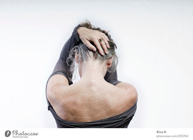 * Frau Hand feminin Gefühle Haare & Frisuren Erwachsene Traurigkeit blond Haut Rücken 45-60 Jahre festhalten Schutz Ring Hals Hilfsbedürftig