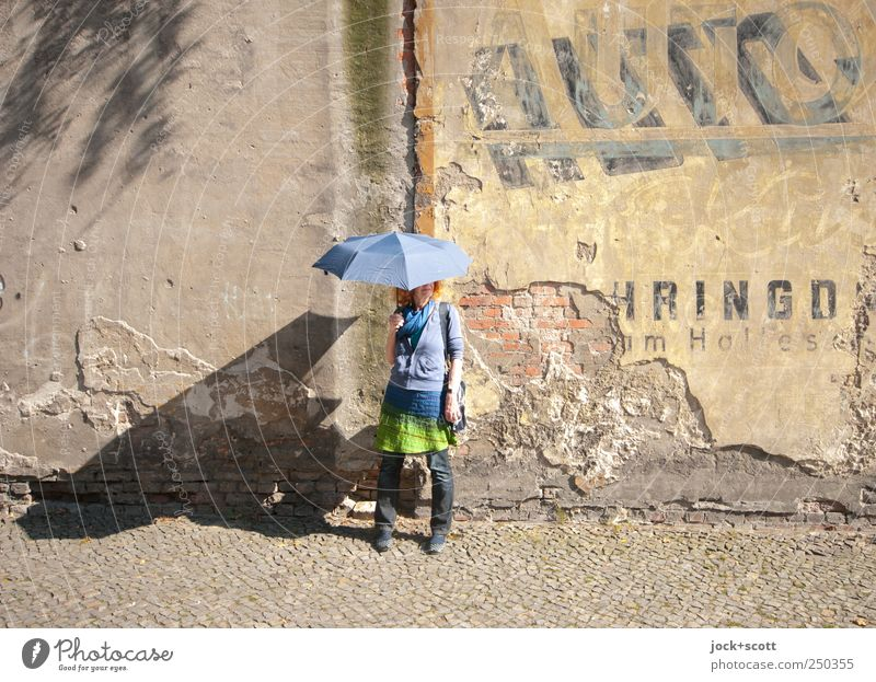 automatisch gute Laune Mensch Frau alt Freude Erwachsene Wand Wege & Pfade Stil Mauer Glück stehen 45-60 Jahre Fröhlichkeit Schriftzeichen Berlin Bekleidung