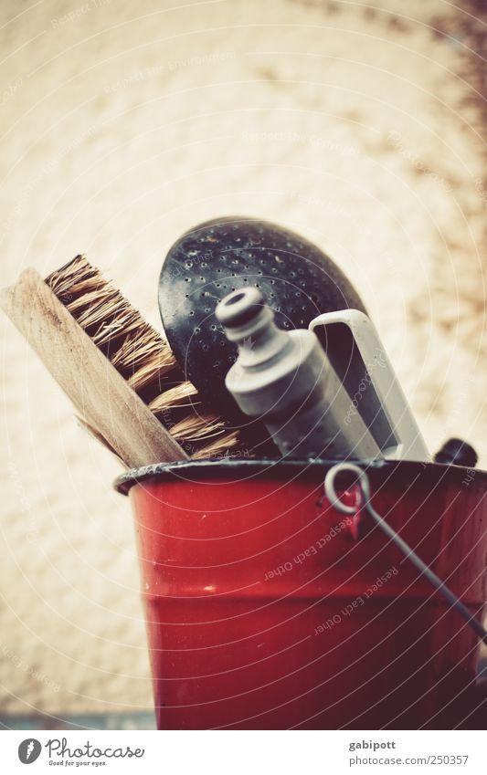 Ordnung muss sein rot Holz Metall Zufriedenheit trist retro Häusliches Leben Sauberkeit Dinge Sammlung Zusammenhalt Geborgenheit Schalen & Schüsseln