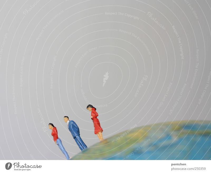oben Frau Mensch Mann Erwachsene Erde Bekleidung stehen Symbole & Metaphern Anzug Globus Figur abwärts Klischee Bewohner Landkarte
