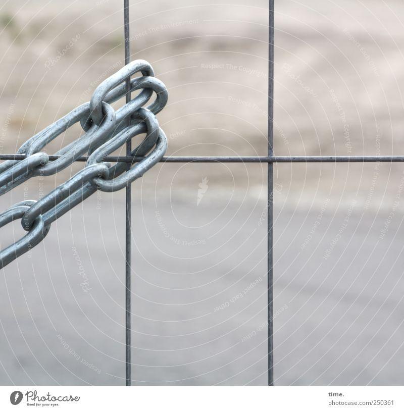 auf digge Kedde machen Baustelle Sand Metall hängen Kontrolle Sicherheit Überwachung Kette Draht Zaun Kettenglied Spannung passend Farbfoto Außenaufnahme Muster