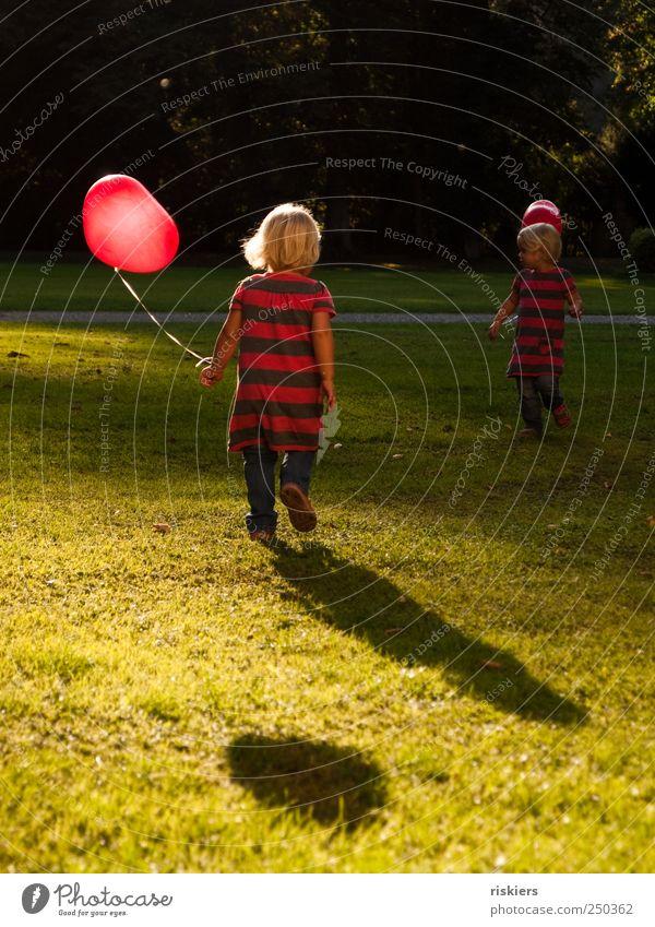 komm wir gehn Kind Kleinkind Mädchen Geschwister Schwester 2 Mensch 1-3 Jahre Sonnenaufgang Sonnenuntergang Sonnenlicht Schönes Wetter Park Wiese Luftballon