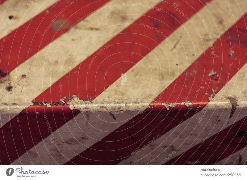 Vorsicht Stufe alt Wege & Pfade Metall Linie dreckig Schilder & Markierungen Ordnung gefährlich kaputt Perspektive Ecke Streifen Hinweisschild Schutz Zeichen Stress