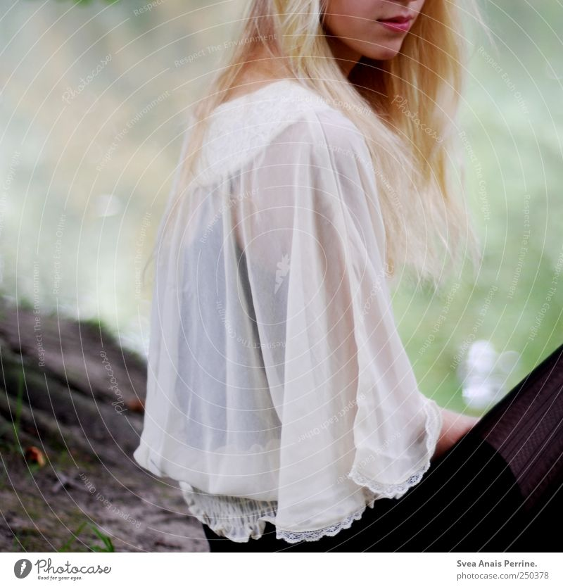 . Mensch Jugendliche schön feminin Haare & Frisuren Mode blond sitzen Fluss dünn Junge Frau Schönes Wetter Rock trendy Strumpfhose langhaarig
