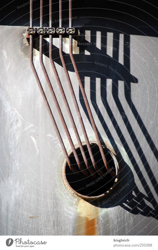 Industrieromantik dunkel grau Metall braun Energiewirtschaft Fabrik Tunnel Loch Röhren Eisenrohr parallel Rohrleitung