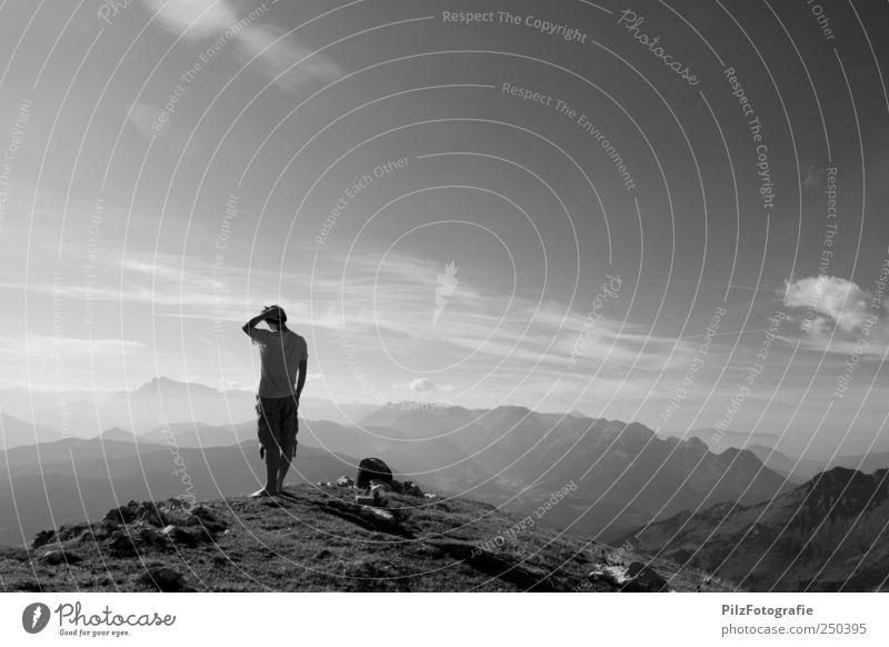 staunen vor lauter schönheit Mensch Himmel Natur Sommer Ferne Umwelt Landschaft Berge u. Gebirge Gras träumen Zufriedenheit Erde Felsen wandern maskulin