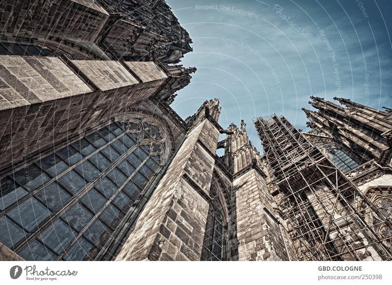 DOMinanter Aufblick | Kölner Dom blau Fenster grau Religion & Glaube Stein braun Glas Fassade groß Tourismus Kirche bedrohlich Schönes Wetter Denkmal Verfall