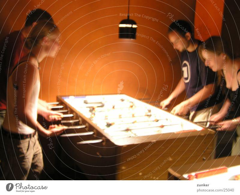 meine stammkneipe 1 Tischfußball Lampe schießen Unschärfe Menschengruppe orange Bewegung Elektrizität