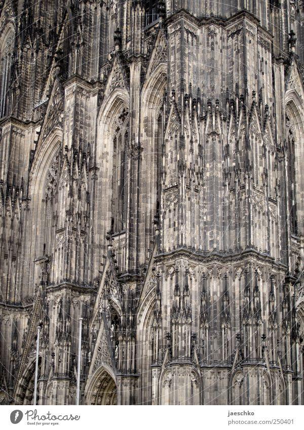 Jeckenmonument Architektur Religion & Glaube Fassade hoch Kirche einzigartig Spitze Bauwerk historisch Köln Wahrzeichen heilig Dom Sehenswürdigkeit Gotik gigantisch