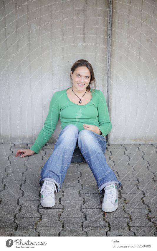 mädel Frau Mensch blau grün schön feminin Erwachsene grau sitzen hocken 30-45 Jahre Blick nach vorn