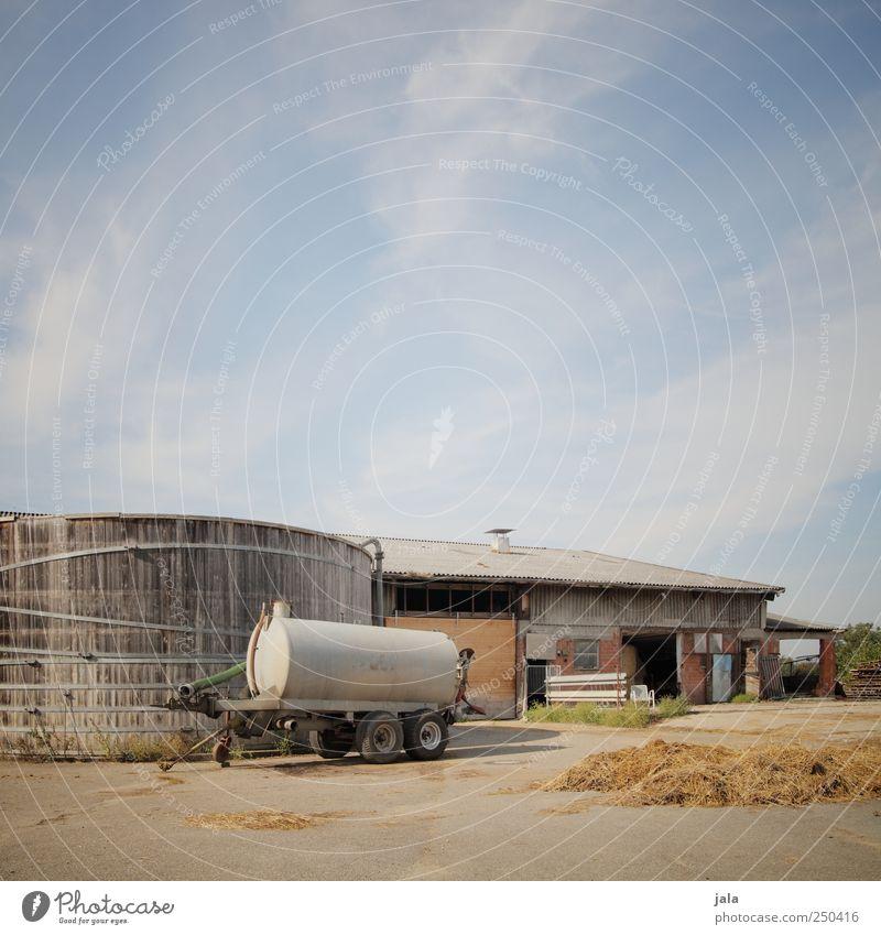 gülle in hülle und fülle Himmel Haus Industrieanlage Platz Bauwerk Gebäude natürlich Silo Güllewagen Bauernhof Farbfoto Außenaufnahme Menschenleer