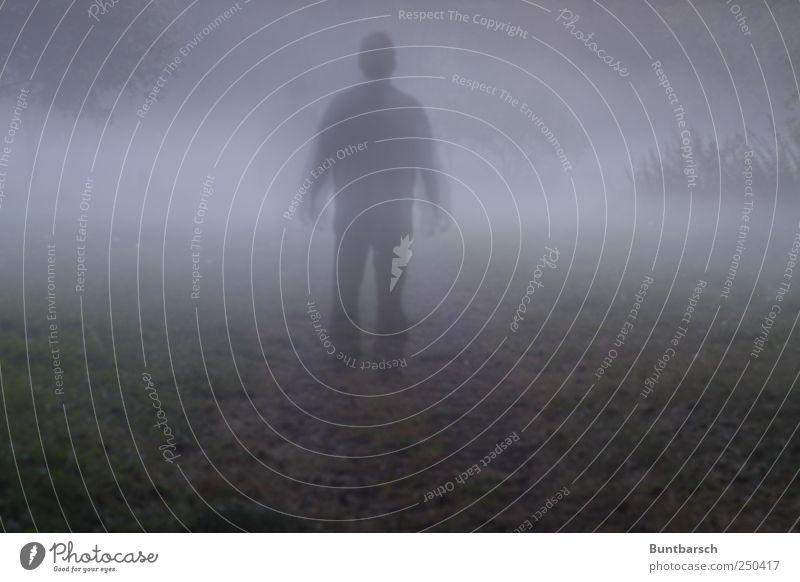 allein mit mir maskulin Mann Erwachsene Nebel bedrohlich dunkel gruselig Traurigkeit Trauer Angst gefährlich Einsamkeit skurril träumen Trennung Vergänglichkeit