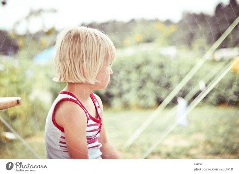 Irgendwo Freizeit & Hobby Ferien & Urlaub & Reisen Camping Seil Mensch Kleinkind Mädchen Kindheit 1 3-8 Jahre Sträucher Wiese blond sitzen grün Campingplatz