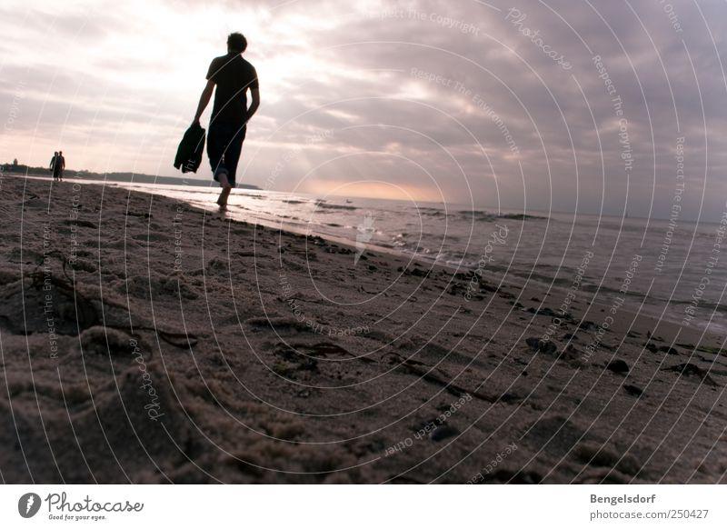 Füße im Sand Mensch Sonne Ferien & Urlaub & Reisen Meer Sommer Strand Wolken Einsamkeit ruhig Ferne Erholung Freiheit Bewegung Ausflug maskulin