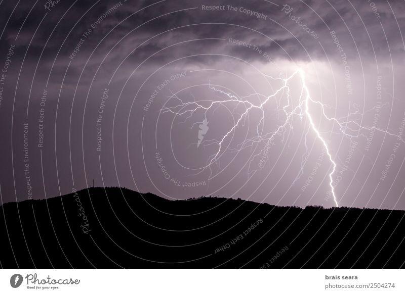 Blitzeinschlag während eines Gewitters Bildung Wissenschaften Umwelt Natur Landschaft Urelemente Himmel Wolken Gewitterwolken Nachthimmel Horizont Klima Wetter