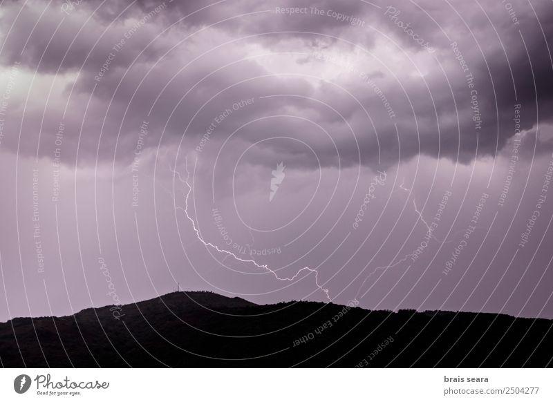 Blitzeinschlag während eines Gewitters. Bildung Wissenschaften Umwelt Natur Urelemente Erde Himmel Wolken Gewitterwolken Nachthimmel Klima Klimawandel Wetter