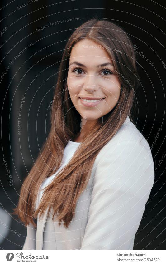 Portrait schön Körperpflege Haare & Frisuren Berufsausbildung Azubi Praktikum Studium lernen Student feminin Junge Frau Jugendliche 1 Mensch brünett blond