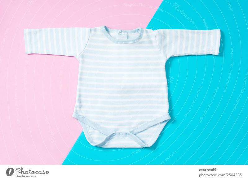 Blau-weiß gestreifter Baby Strampler Mode Stoff Babystrampler blau rosa Kind Attrappe neugeboren Baumwolle Farbfoto mehrfarbig Studioaufnahme Vogelperspektive
