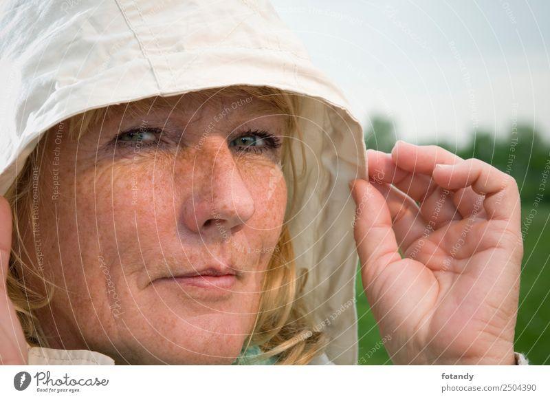 woman under hood Lifestyle Stil schön Mensch feminin Frau Erwachsene Weiblicher Senior Kopf Gesicht 1 45-60 Jahre Mütze blond berühren authentisch weiß