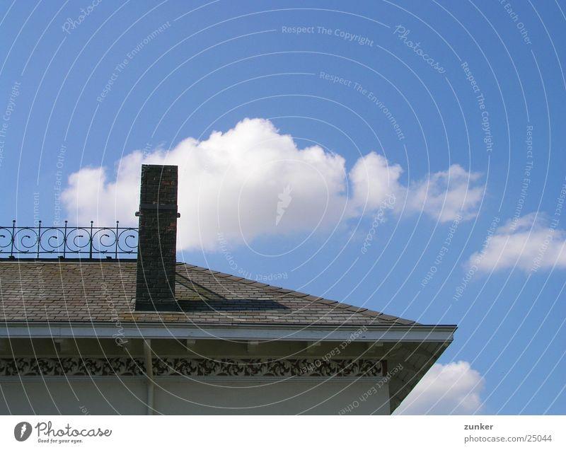 Schornstein gegenüber Wolken Dach historisch Himmel blau Geländer Detailaufnahme