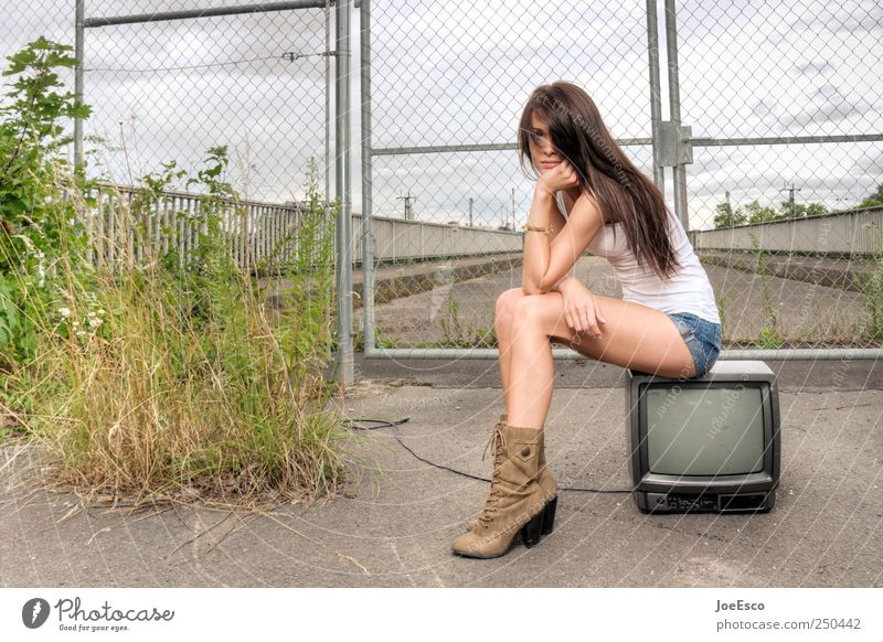 sendepause Frau Himmel schön Einsamkeit Erholung Leben Erwachsene Traurigkeit träumen Mode warten Fernseher Neugier Fernsehen Werbung brünett