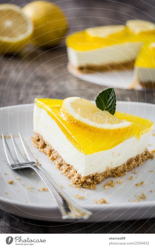 Zitronenkuchenscheibe auf Holztisch Lebensmittel Gesunde Ernährung Foodfotografie Gemüse Frucht Backwaren Kuchen Dessert Süßwaren Bonbon Essen