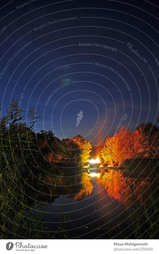 """""""Oben fährt der große Wagen"""" Feste & Feiern Natur Landschaft Wasser Nachthimmel Stern Herbst See blau gelb gold Brand Flamme Farbfoto Außenaufnahme Abend"""