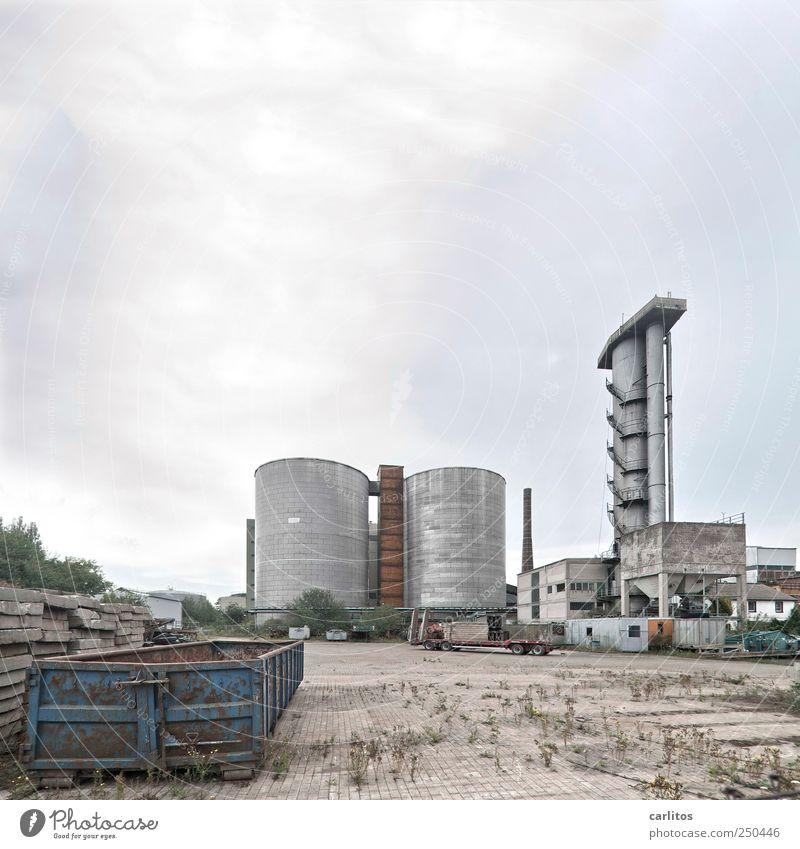 Trostlosistan Heavy Industries Inc. alt blau Wolken dunkel grau dreckig Beton Treppe trist bedrohlich rund Turm Verfall chaotisch Container