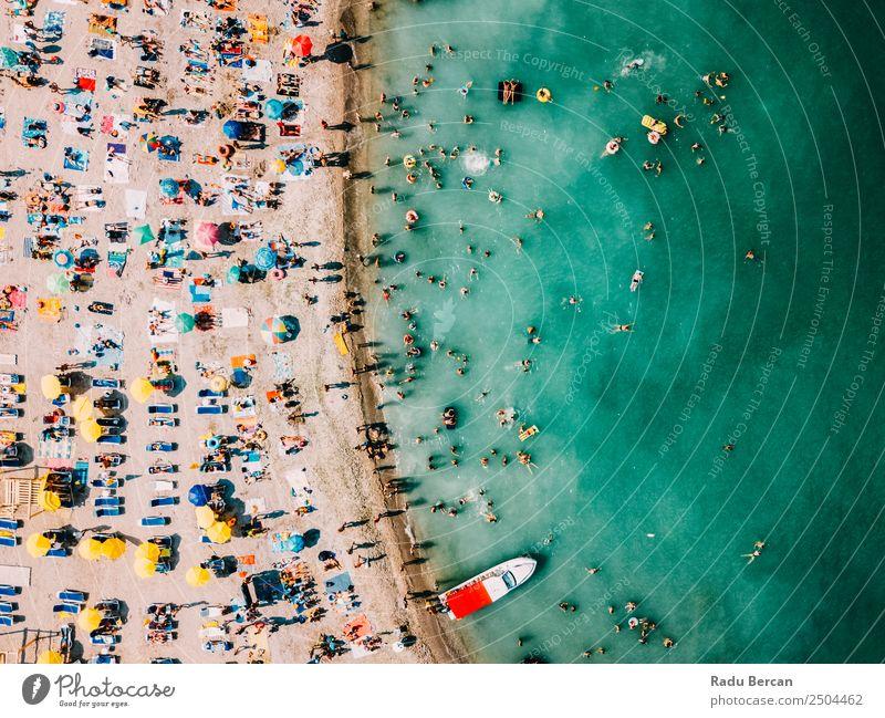 Luftballonaufnahme von Menschen, die Spaß und Entspannung am Costinesti-Strand in Rumänien am Schwarzen Meer haben. Fluggerät Aussicht Sand Hintergrundbild